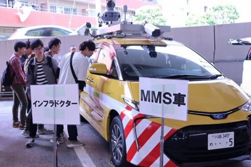 道路の点検車両「インフラドクター」。カメラとレーザースキャナーを搭載し、道路を走行しながらMMS(モービルマッピングシステム)で3次元点群データを生成する(写真:日経コンストラクション)