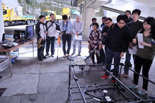 橋梁の床版や高所作業車が近づけない場所など、人が点検しにくい箇所を点検するドローン(写真:日経コンストラクション)