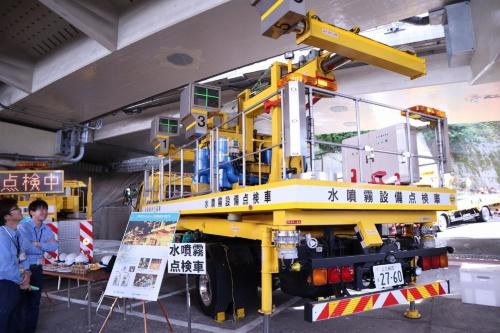 トンネル内のスプリンクラーを点検する水噴霧点検車。道路を通行止めにすることなく、スプリンクラーの放水量を点検できる(写真:日経コンストラクション)