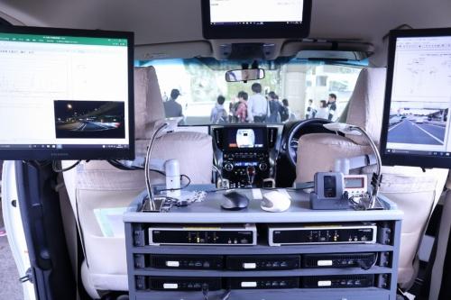 照度・電界測定車の内部。道路の照明の明るさや、ETCの電波の強さを走行しながら測定する。車内に多数設置されたモニターが、リアルタイムで測定結果を表示する(写真:日経コンストラクション)