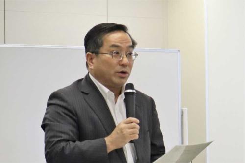 6月7日の検討会であいさつをする国土交通省の鈴木英二郎大臣官房審議官