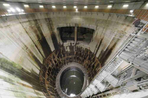 8月から新たに見学ツアーに組み込む「第1たて坑」。深さ70m、内径30mの巨大な円筒状の構造物の内側が見られる(写真:国土交通省)
