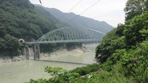 ブッポウソウが営巣していた四徳大橋。左手の坑口部が四徳渡トンネル(写真:長野県)