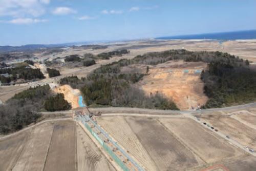 南から見た犬塚遺跡の遠景。写真左が遺跡発見のきっかけになったJR常磐線移設の工事現場、右が日建の土砂採取現場(写真:山元町)