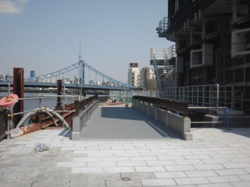 東京都の清澄排水機場に隣接する鋼床版鈑桁橋を、一般構造用鋼のSS400から省合金二相ステンレス鋼SUS323Lに架け替えた。高欄はアルミ製(写真:新日鉄住金ステンレス)