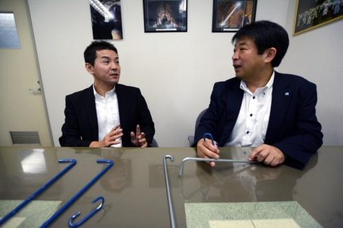 右が寿建設の森崎英五朗社長。左は新和商事の三浦博英東北支店長(写真:日経コンストラクション)