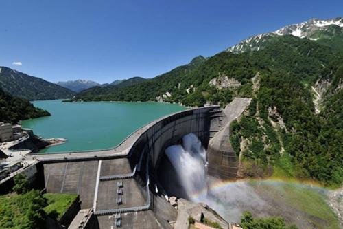 インフラツーリズムの先駆けとも言える黒部ダム。アーチ式のコンクリートダムで、堤高186m、堤頂長492m。1963年に完成した(写真:関西電力)