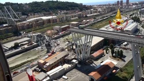北から南に向かって撮影したポルチェベーラ高架橋の崩落箇所。右手奥に海が見える。同橋は、伊インフラ交通省とのコンセッション(国などが民間企業にインフラの運営権を付与する方式)契約に基づき、伊アウトストラーデ・イタリアが運営・管理してきた。道路の運営期間は2038年末までだ(写真:Vigili del Fuoco)