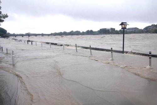 2018年7月6日、西日本豪雨で越水した渡月橋付近の桂川左岸(写真:国土交通省)