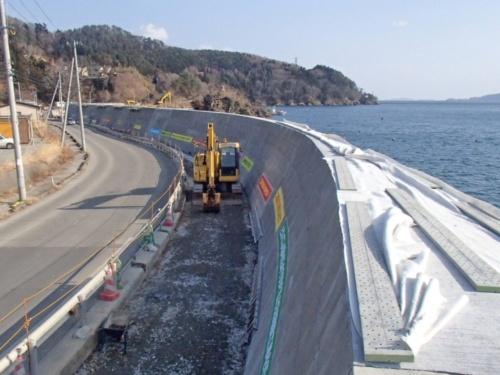 カルヤードが石巻市の意向に反して復旧工事を続けている小島漁港の防潮堤。延長は373m(写真:カルヤード)
