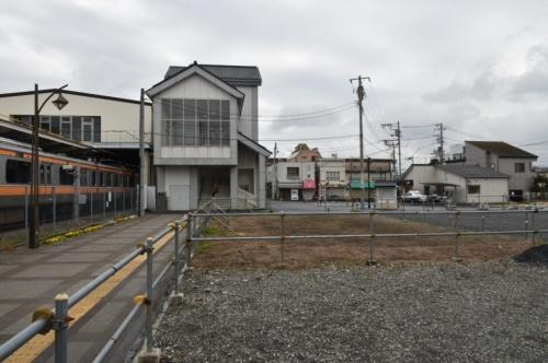 JR青梅線の羽村駅(写真左)と駅西口付近の現況(写真:日経コンストラクション)