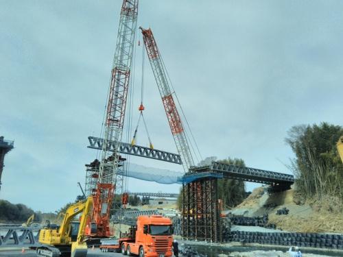 中央径間の主桁をクレーンで吊り上げて架設する。主桁の組み立ては施工ヤード内で、1つの応急組み立て橋につき3日ほどかけて実施した
