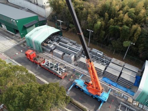近畿地方整備局の格納庫から応急組み立て橋の部材を搬出する様子。全部で550の部材から成る(写真:国土交通省)