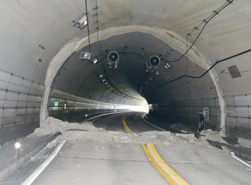熊本側の坑口から100m付近の俵山トンネル。覆工コンクリートが崩落している。2016年4月23日に撮影(写真:日経コンストラクション)