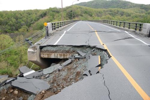 俵山大橋の橋台背面で盛り土が崩落。路面に橋台のウイングが露出した(写真:日経コンストラクション)