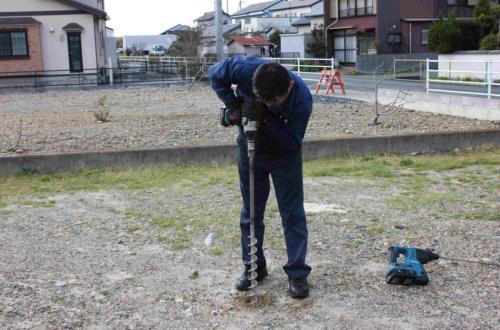 土木用のフレペグ。電動工具などを使って、回しながら地中にねじ込む。らせん部分が土とかみ合うことで抜けにくくなる(写真:太悦鉄工)