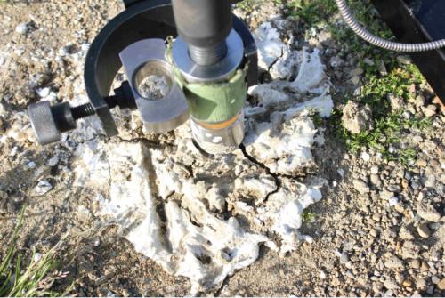 中央発明研究所と共同で開発中の地盤強化剤を地面に開けた穴に注入し、土木用フレペグを挿入すると、24時間程度で強化剤が固まり、フレペグが地中に固定される。強化剤と併用すると、フレペグの引き抜き強度は5割ほど増す(写真:太悦鉄工)