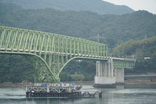 山口県の周防大島町と本土を結ぶ大島大橋。2018年10月に貨物船が衝突して一部が損傷したため、JFEエンジニアリングが復旧工事を行っている(写真:日経コンストラクション)