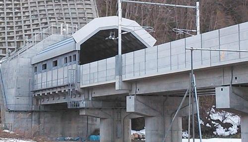 北海道新幹線木古内─新函館北斗間で供用中のトンネルの緩衝工(写真左)と防音壁(写真:JR北海道)