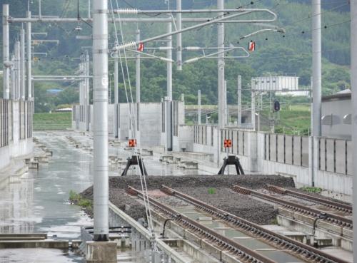 新函館北斗駅止まりとなっている北海道新幹線の線路。建設中の北側区間では、同駅を出た下り列車はリニア中央新幹線を除く陸上トンネルで国内最長となる見込みである延長32.7kmの渡島トンネルに突入する。2018年7月撮影(写真:日経コンストラクション)