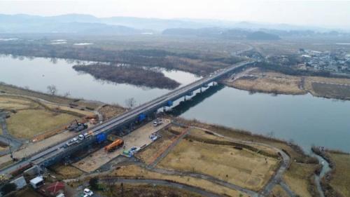上空から見た豊里大橋。右奥が石巻市側、左手前が登米市側。北上川が左から右に向かって流れている(写真:宮城県)