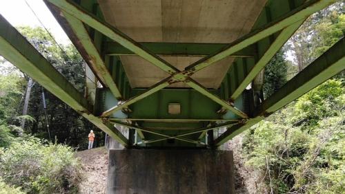 ドローンで点検中の滝原橋。1978年に完成した橋長53mのトラス橋だ。2015年に近接目視で点検した際の健全度はIIだった(写真:君津市)