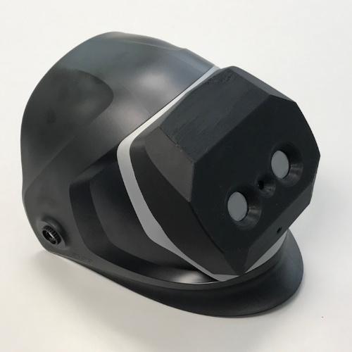 開発した「次世代3D溶接マスク」。フルフェイスヘルメット型の前面にヘッドマウントディスプレーを取り付けている(写真:川田テクノロジーズ)