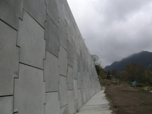 吉澤建設が施工した補強土壁の全景。2018年1月の完成検査後、壁面の一部に基準値を超えるはらみが生じていることが発覚した(写真:国土交通省関東地方整備局)