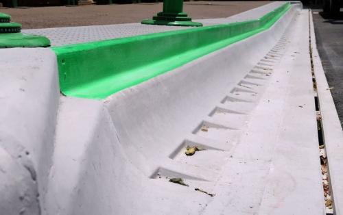 岡山市後楽園前のバス停に採用したバリアレス縁石。バスの運転手から見えやすいように、縁石の上端部を緑色に塗装した(写真:ブリヂストン)