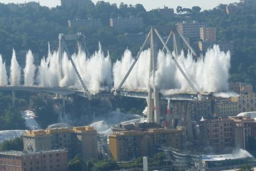 ポルチェベーラ高架橋(通称モランディ橋)を爆破解体する様子(写真:www.commissario.ricostruzione.genova.it)