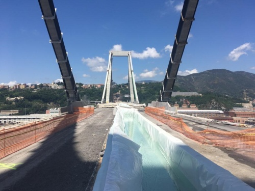 粉じんを抑えるため、水を入れたタンクも同時に爆破した(写真:www.commissario.ricostruzione.genova.it)