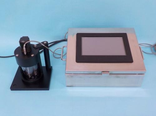 地盤改良土に含まれる固化材の量を現場で測定する「e-セメダス」。土、水、セメント、塩酸を混ぜる混合装置(左)と、演算装置(右)で構成する(写真:大林組)