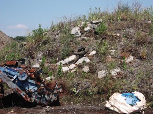 相模原市が進める「麻溝台・新磯野第一整備地区土地区画整理事業」の43街区に積まれた産業廃棄物。市は産廃の総量が26万m3に達するとみている(写真:相模原市)
