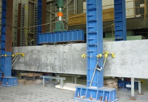 サスティンクリートを適用した実物大の桁。曲げ載荷試験の様子(写真:三井住友建設)