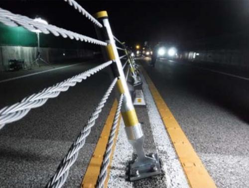中日本高速道路会社が管理する東海環状自動車道の関テクハイ橋で傾いたワイヤロープ式防護柵(写真:国土交通省)
