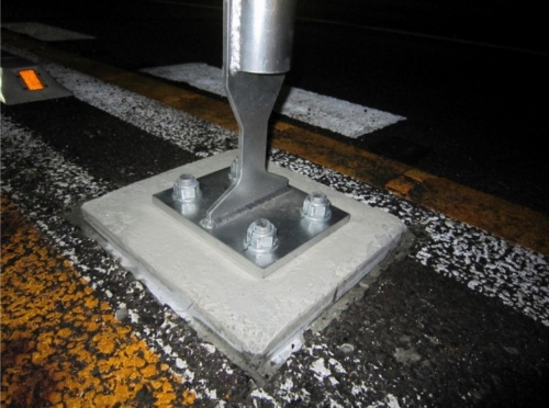 新しく開発した定着方法で設置したワイヤロープ式防護柵。アスファルト舗装ではなく橋の床版に直接、コンクリートの基礎を定着させる(写真:国土交通省)