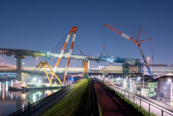 2018年4月の連結路の架設工事の様子。連結路を構成する橋長342mの鋼5径間連続鋼床版ラーメン箱桁橋のうち、1径間の桁を架設した(写真:大村 拓也)