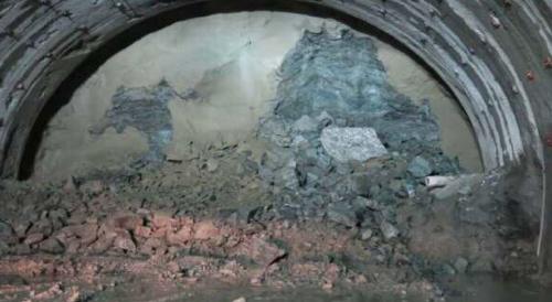 想定以上にもろい地盤の影響で、トンネル内で崩落が発生した。写真は2017年7月撮影(写真:国土交通省甲府河川国道事務所)