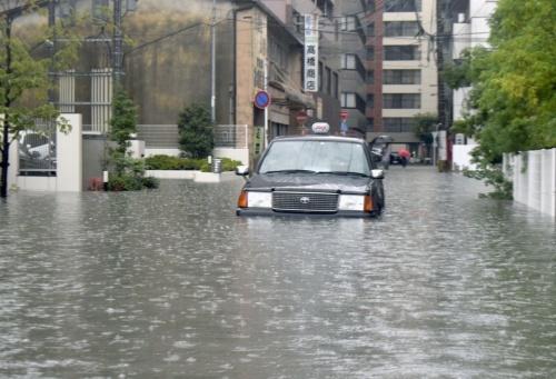 九州北部の大雨の影響で道路が冠水し、立ち往生したタクシー=2019年8月28日午前8時、佐賀市(写真:共同通信社)