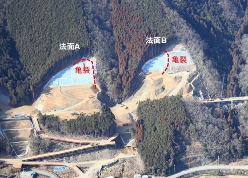 西日本豪雨で亀裂が生じた法面(写真:西日本高速道路会社)