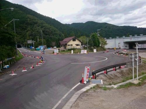 和歌山県がラウンドアバウトに改修する工事を中断した田辺市内の虎ケ峰交差点。仮設の信号機で供用を継続している。2019年10月に撮影(写真:和歌山県)