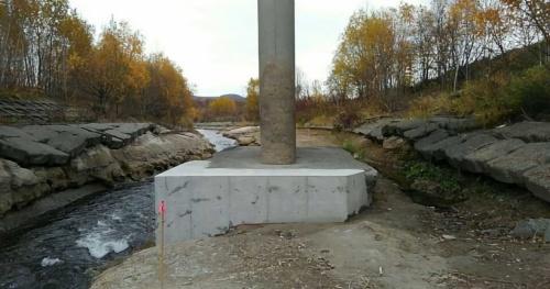 応急対策を終えた朝日橋の橋脚。対策前はフーチングの下面まであらわになっていた。豪雨などによる無加川の増水で河床の浸食が進んだのが原因とみられる(写真:北見市)