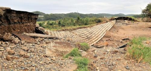 茨城県常陸大宮市で約250mにわたって決壊した那珂川の堤防(写真:日経xTECH)