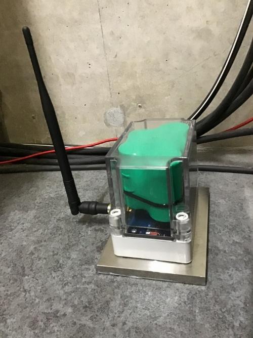 振動の計測センサーを設置。搭載するセンサーや電池は、モニタリングの目的に応じて変えられる(写真:ソナス、西松建設)