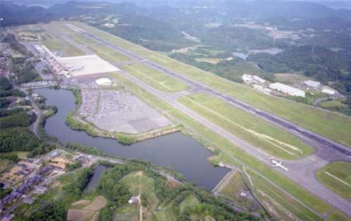 岡山空港。1988年に開港した同空港は、開港30周年を迎えた2018年に「岡山桃太郎空港」の愛称が付けられた。空港の機能を強化するため、16年度にエプロン拡張事業着手。既存の中型機用のスポットを広げて大型機に対応できるようにする(写真:岡山県)