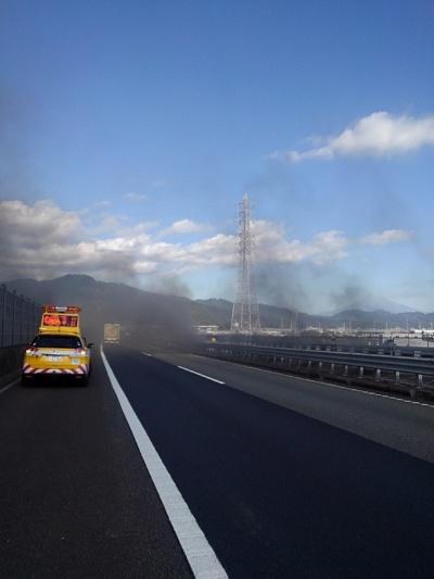 道路上で撮った消火中の様子(写真:中日本高速道路会社)