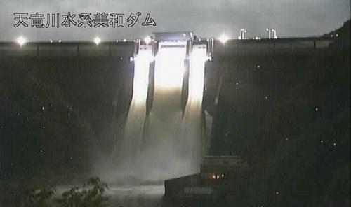 2019年10月12日夜に実施した美和ダム(長野県伊那市)の緊急放流(写真:国土交通省)