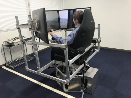 遠隔操作室。座席の下の3自由度モーションベースで建設機械の動きを再現する(写真:熊谷組)