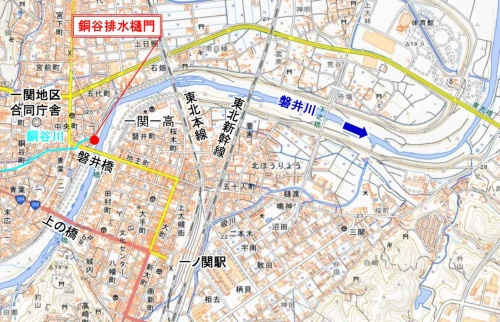 水門の位置図。銅谷川が磐井川に流れ込む合流部に設置されている。国土地理院の地図に岩手河川国道事務所が追記
