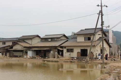決壊した小田川近くの民家の様子。2018年7月11日に撮影。泥水が2階まで押し寄せていた(写真:日経 xTECH)